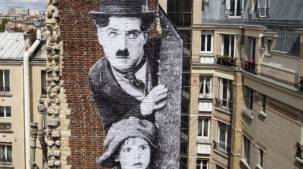 "Chaplin dans ""The kid"" - Street art Paris - JR"